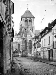 Eglise Notre-Dame, actuellement collégiale - Ensemble est pris d'une rue