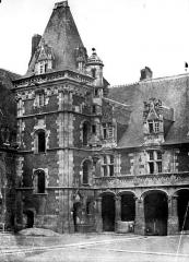 Château de Blois - Aile Louis XII : escalier d'angle sur la cour