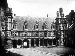 Château de Blois - Aile Louis XII : Vue d'ensemble sur la cour