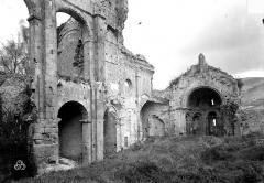 Restes de l'ancienne cathédrale Notre-Dame - Ruines. Vue intérieure de la nef vers le sud-est