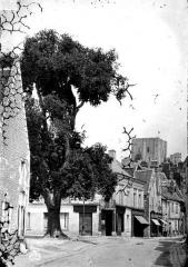 Ancien château - Vue d'une rue vers le donjon