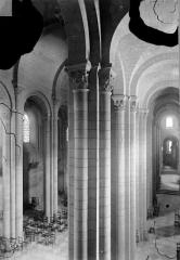 Cathédrale Saint-Apollinaire - Vue intérieure du bas-côté nord et de la nef, vers l'ouest
