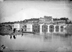 Château - Vue générale prise des bords de la Loire au moment de la restauration du pont