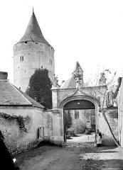 Château et ses abords - Portail d'entrée et tour