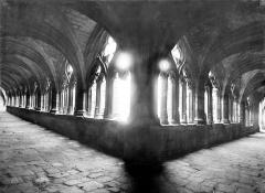 Ancienne abbaye de la Chaise-Dieu - Cloître : Vue intérieure des galeries du cloître
