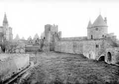 Cité de Carcassonne - Lices intérieures, près de l'église Saint-Nazaire, de la tour du Moulin à la tour de Balthazar