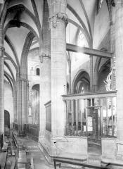 Eglise Saint-Victor-et-Sainte-Couronne - Vue intérieure du déambulatoire