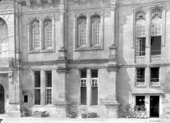 Château - Façade principale : Fenêtres du rez-de-chaussée et du 1er étage
