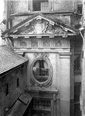 Immeuble - Façade ouest : Oeil-de-bœuf et fronton
