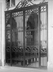 Ancienne église de Saint-Etienne-le-Vieux, actuellement magasin communal - Grille du choeur