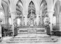 Ancienne église de Saint-Etienne-le-Vieux, actuellement magasin communal - Autel, grand
