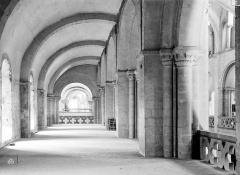 Ancienne église de Saint-Etienne-le-Vieux, actuellement magasin communal - Vue intérieure de la tribune sud de la nef