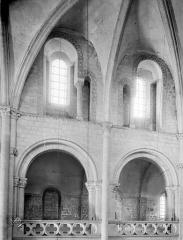 Ancienne église de Saint-Etienne-le-Vieux, actuellement magasin communal - Vue intérieure de la nef : Tribune et fenêtres hautes