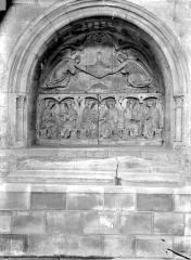 Eglise Saint-Pierre, ancienne cathédrale - Tombeau sous enfeu dans le transept sud : Anges tenant le suaire