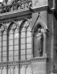 Cathédrale Notre-Dame - Transept sud : statue dans une niche