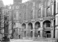 Domaine national de Saint-Germain-en-Laye, actuellement Musée des Antiquités Nationales - Cour intérieure : façade ouest et tourelle de l'horloge