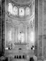 Ancienne église abbatiale - Vue intérieure du choeur et entrée de la crypte