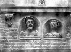Maison des Viguiers, dite hôtel Reynès ou maison Guise - Façade : Bustes de François 1er et de Claude de France