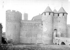 Cité de Carcassonne - Château : Façade est et barbacane