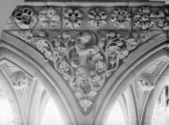 Abbaye et dépendances - Cloître. Bas-relief d'un écoinçon dans la galerie : Un vendangeur