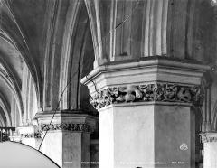 Eglise Saint-Saulve - Vue intérieure de la nef : Chapiteaux des grandes arcades