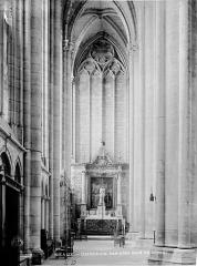 Cathédrale Saint-Etienne - Vue intérieure du bas-côté nord du choeur, vers l'est