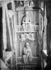 Cathédrale Notre-Dame - Portail droit de la façade sud. Voussures du porche : Deux apôtres, l'un tenant une croix, l'autre une épée