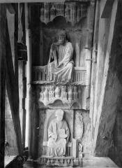 Cathédrale Notre-Dame - Portail droit de la façade sud. Voussures du porche : Deux apôtres, l'un tenant une croix