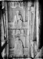 Cathédrale Notre-Dame - Portail droit de la façade sud. Voussures du porche : Deux apôtres tenant un bâton