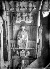 Cathédrale Notre-Dame - Portail droit de la façade sud. Voussure du porche : Apôtre tenant un calice