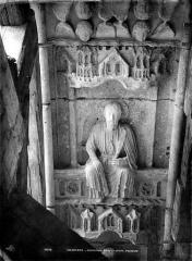Cathédrale Notre-Dame - Portail droit de la façade sud. Voussure du porche : Apôtre tenant un sabre