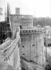 Château - Tour Raoul, côté ouest : Restauration des mâchicoulis