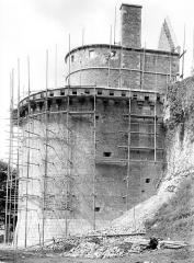 Château - Tour Raoul, côté est : Restauration du bas des remparts