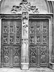 Cathédrale Saint-Sauveur - Portail central de la façade ouest : Porte en bois sculpté (ensemble)