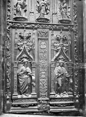 Cathédrale Saint-Sauveur - Portail central de la façade ouest : Porte en bois sculpté (panneau inférieur de droite)