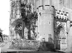 Cathédrale Sainte-Cécile - Façade sud : porche, tour d'angle et porte Dominique de Florence