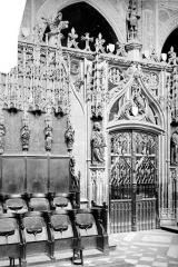 Cathédrale Sainte-Cécile - Vue intérieure du choeur : porte de la clôture côté sud, et stalles