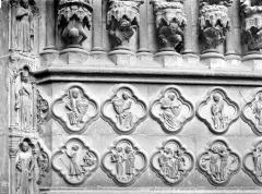 Cathédrale Notre-Dame - Portail central de la façade ouest : Soubassement de l'ébrasement droit (partie gauche)