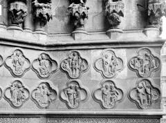 Cathédrale Notre-Dame - Portail central de la façade ouest : Soubassement de l'ébrasement droit (partie droite)