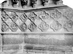 Cathédrale Notre-Dame - Portail nord de la façade ouest (portail Saint-Firmin) : soubassement de l'ébrasement droit