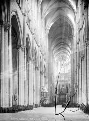 Cathédrale Notre-Dame - Vue intérieure de la nef, vers le choeur