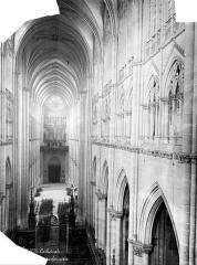 Cathédrale Notre-Dame - Vue intérieure de la nef, vers l'entrée, prise du triforium du choeur