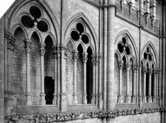 Cathédrale Notre-Dame - Vue intérieure du transept sud : arcades de la tribune