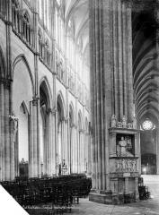 Cathédrale Notre-Dame - Vue intérieure de la nef et du bas-côté nord, vers le sud-ouest : tombeau de Hémard de Denonville, mort en 1540
