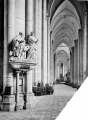Cathédrale Notre-Dame - Vue intérieure du bas-côté sud, vers l'est : tombeau du chanoine Antoine Nicquel, mort en 1562