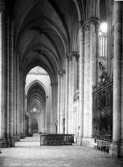 Cathédrale Notre-Dame - Vue intérieure du bas-côté sud, vers l'ouest