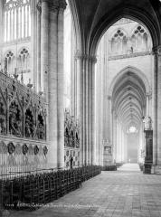 Cathédrale Notre-Dame - Vue intérieure du bas-côté nord vers l'ouest et clôture du choeur