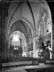 Cathédrale Saint-Maurice - Vue intérieure de la nef, vers l'entrée
