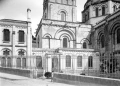Cathédrale Saint-Pierre - Façade nord : Sacristie et soubassement de la tour carrée