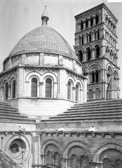 Cathédrale Saint-Pierre - Coupole de la croisée du transept et tour carrée, vues du sud-est